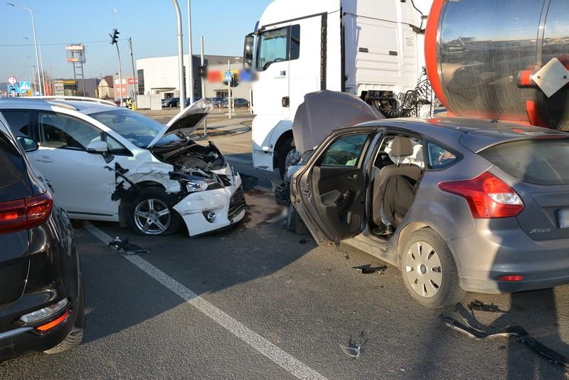 Ciężarówka i trzy osobówki zderzyły się ze sobą. Straszliwa kraksa w Krośnie - Zdjęcie główne