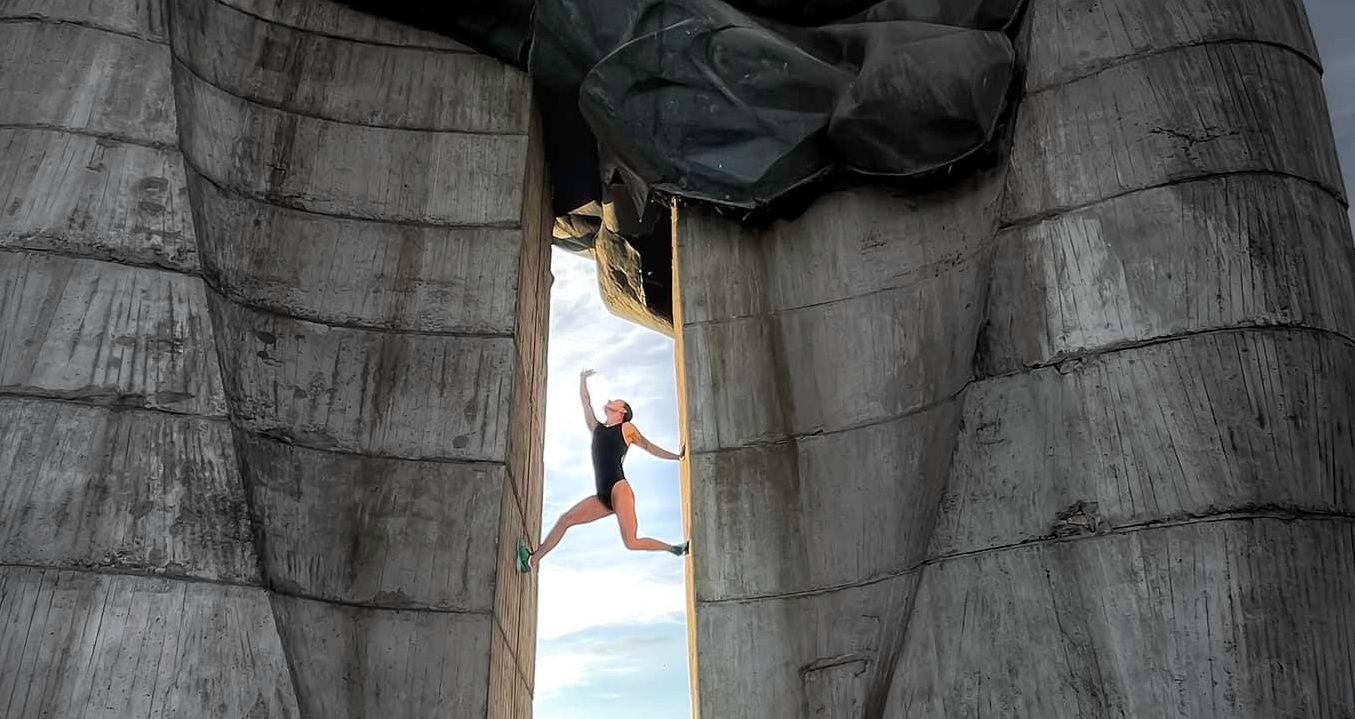 To jest wyzwanie! Trenerka z Rzeszowa wspina się na Pomnik Czynu Rewolucyjnego [ZDJĘCIA] - Zdjęcie główne