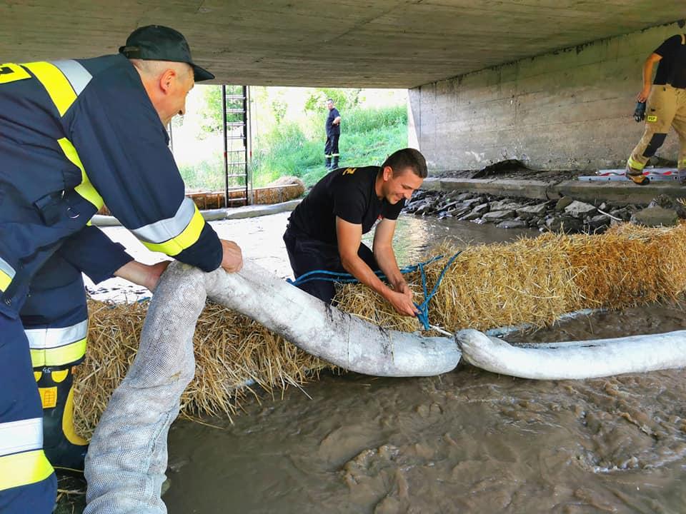 Zanieczyszczona rzeka! Strażacy w akcji [ZDJĘCIA] - Zdjęcie główne