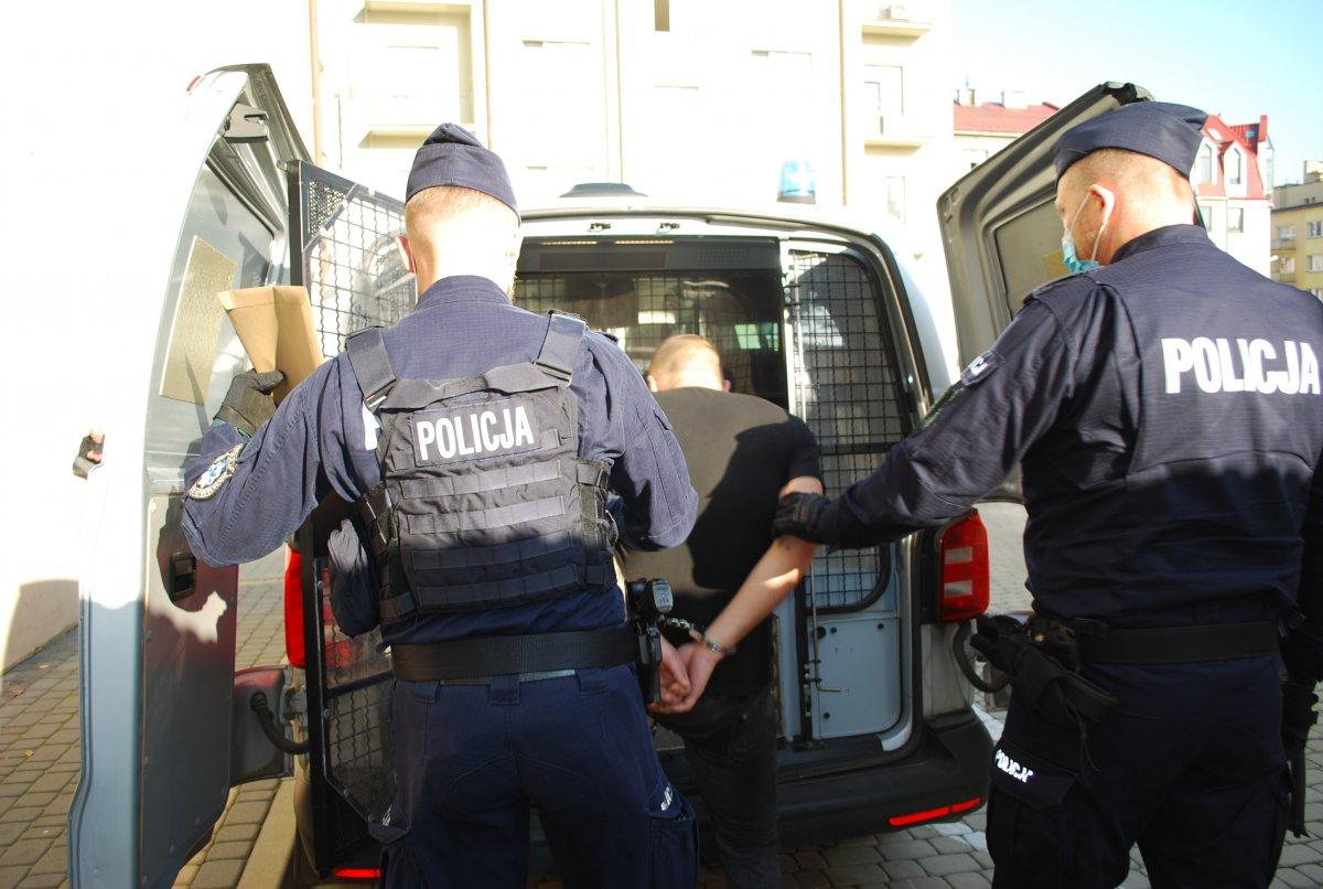 Napad na 21-latka w centrum Rzeszowa. Policja zatrzymała pięciu podejrzanych - Zdjęcie główne