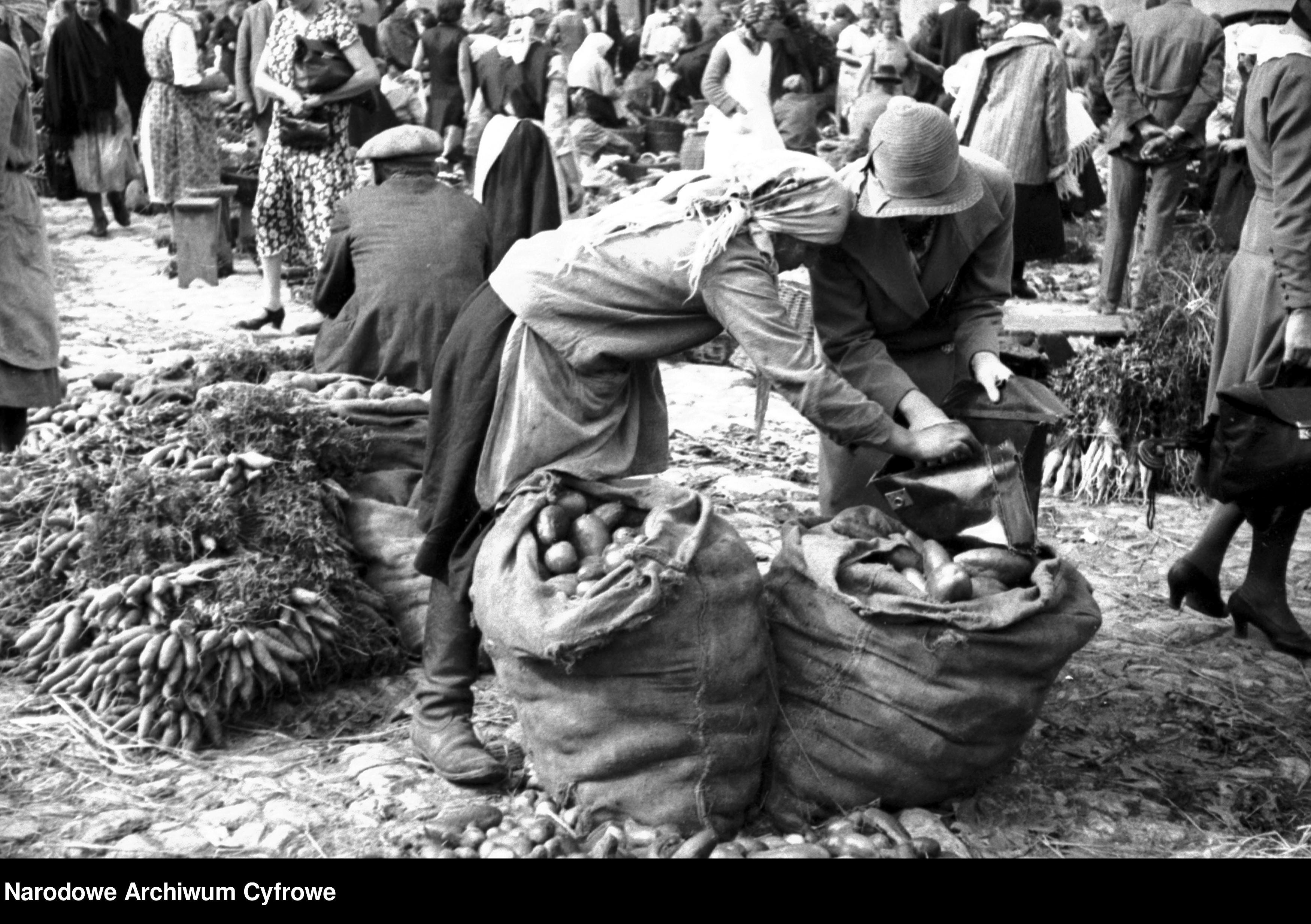 WARTO ZOBACZYĆ. Tak wyglądały jesienne bazarki w poprzednim stuleciu [ZDJĘCIA] - Zdjęcie główne
