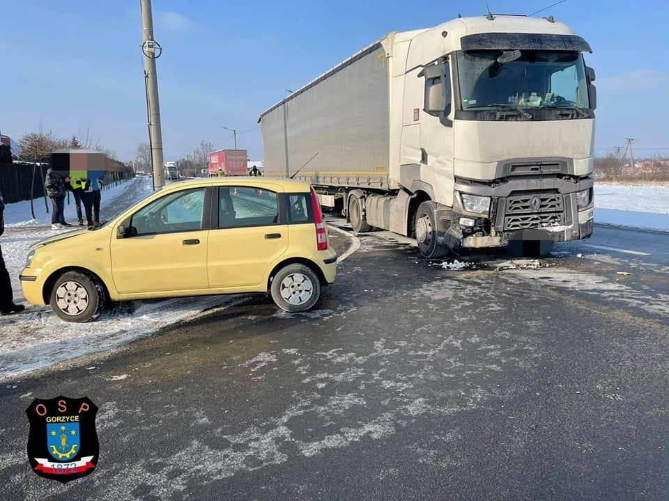 Zderzenie dwóch pojazdów ciężarowych i auta osobowego! DK numer 77 była zablokowana [FOTO] - Zdjęcie główne
