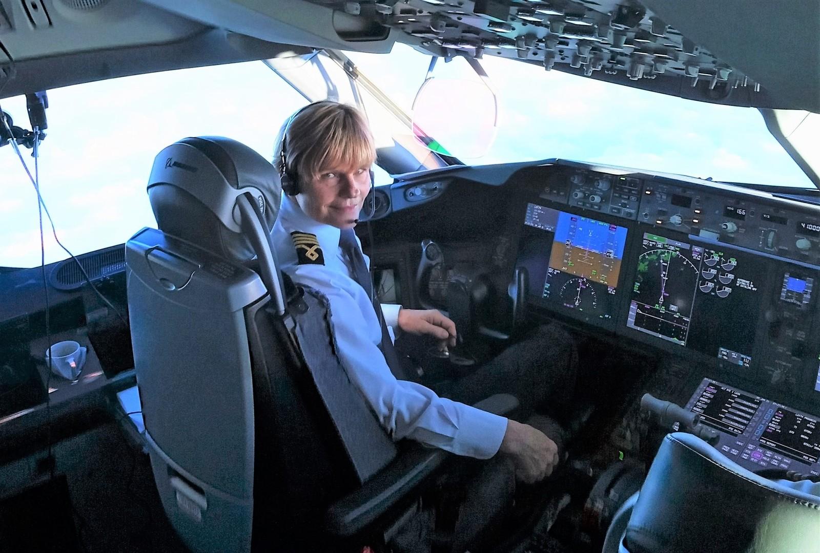 Ogromny zaszczyt dla absolwentki Politechniki Rzeszowskiej. Pierwsza kobieta za sterami Dreamlinera [FOTO] - Zdjęcie główne