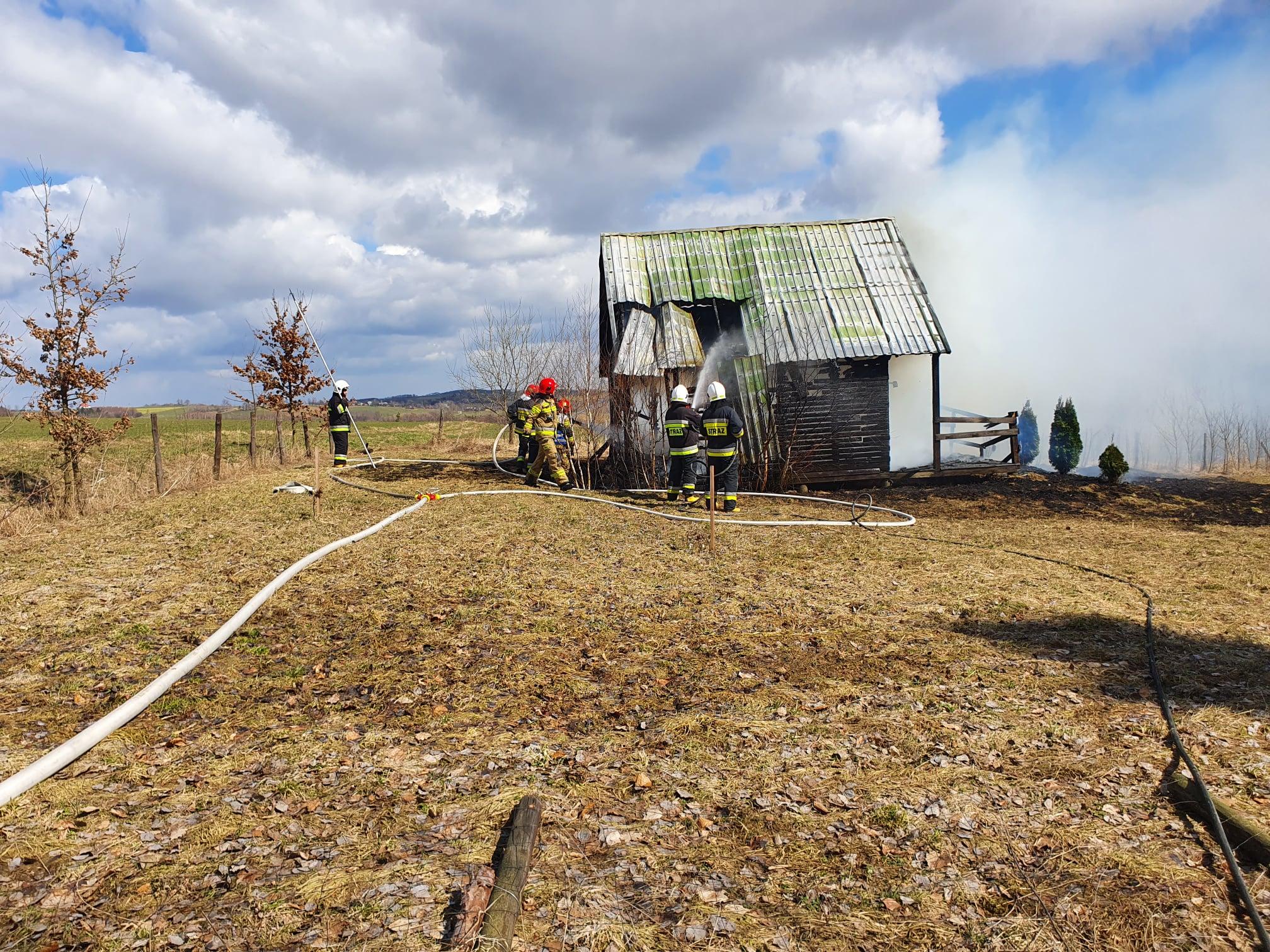 W Gnojnicy wybuchł pożar. Spłonęła altanka [ZDJĘCIA] - Zdjęcie główne