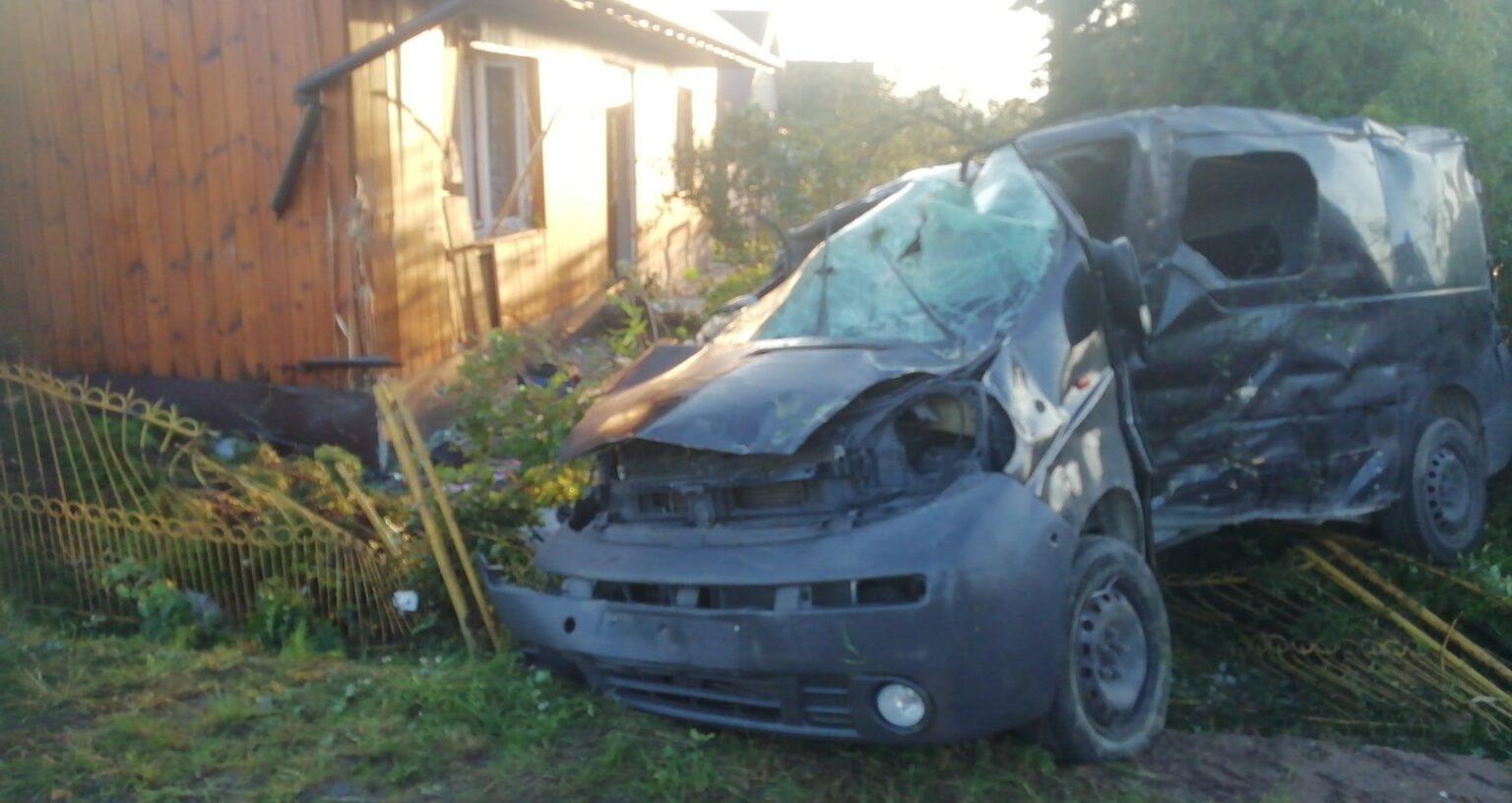 Wypadek w Jeżowem. Samochód uderzył w dom, naruszając jego konstrukcję! [ZDJĘCIA] - Zdjęcie główne