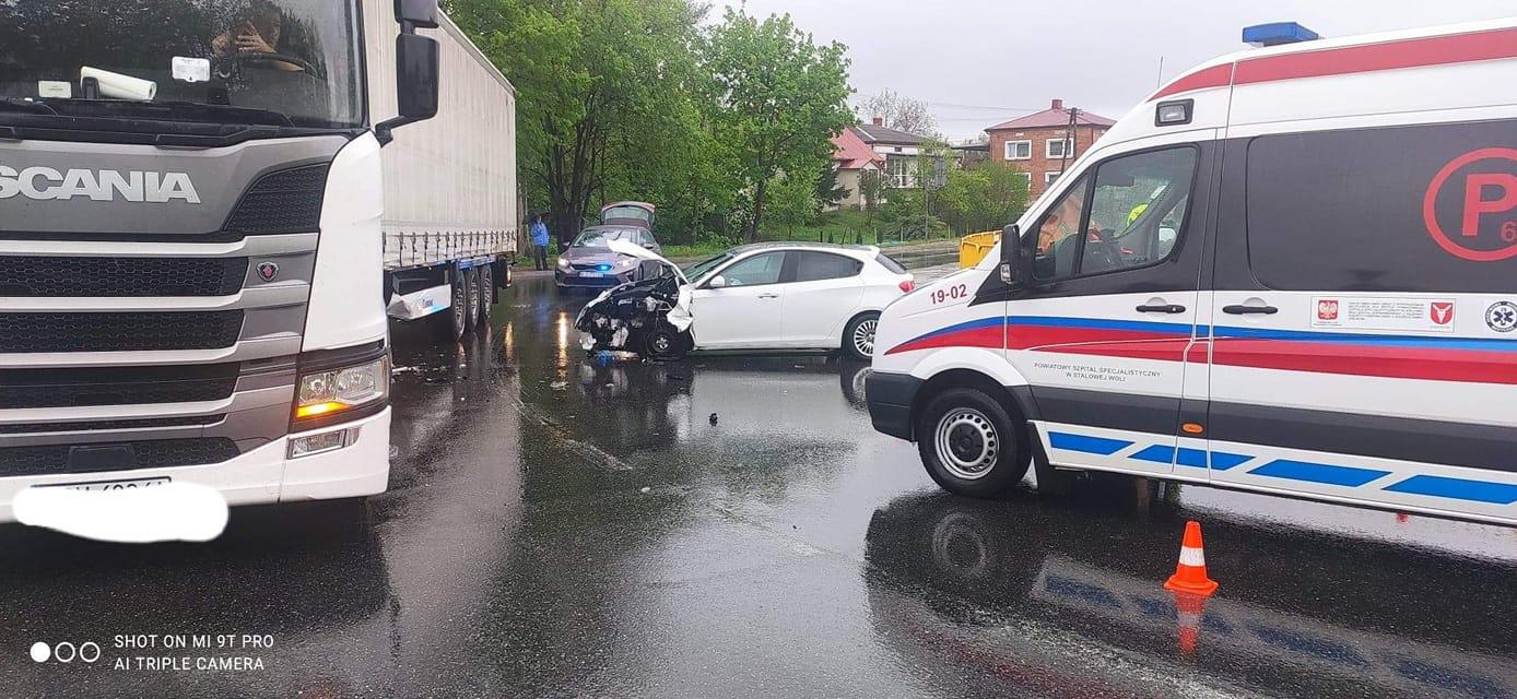 Samochód osobowy wjechał w ciężarówkę [ZDJĘCIA, MAPA] - Zdjęcie główne