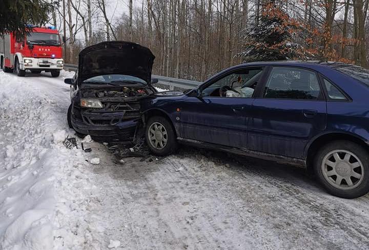 Dwa auta zderzyły się ze sobą. Jedna osoba ranna - Zdjęcie główne