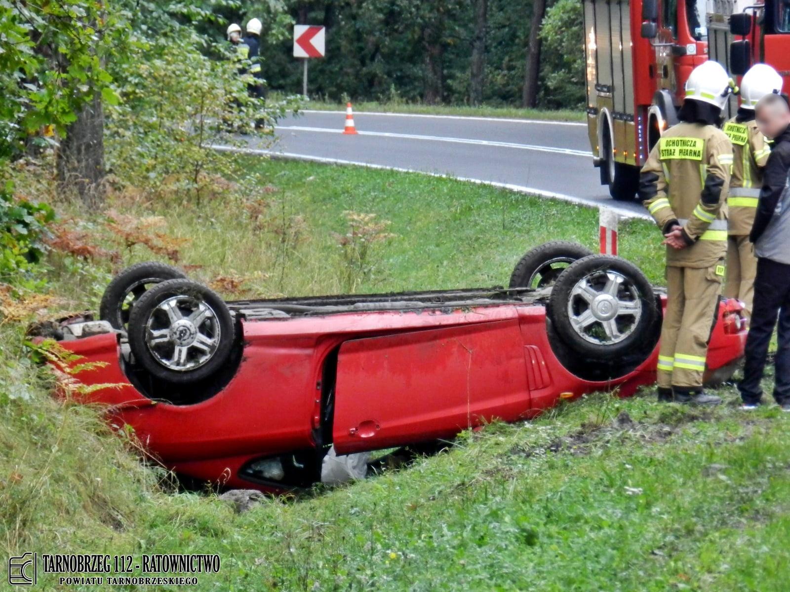 Dachowanie pojazdu na trasie Tarnobrzeg - Stalowa Wola. Trzy osoby ranne! [MAPA, ZDJĘCIA] - Zdjęcie główne