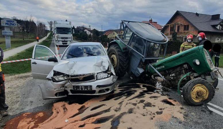 """Zniszczony ciągnik! Poważny wypadek na """"krajowej 73"""" [ZDJĘCIA] - Zdjęcie główne"""