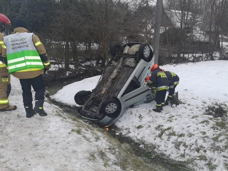 Samochód wypadł z drogi i dachował. Dwie osoby ranne - Zdjęcie główne