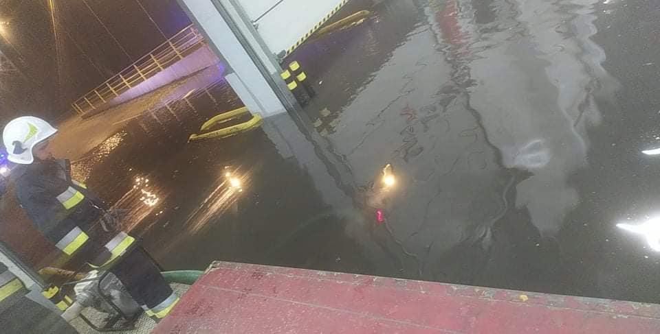 Nocna ulewa dała się we znaki. Woda wdzierała się do jednej z dużych fabryk [ZDJĘCIA] - Zdjęcie główne