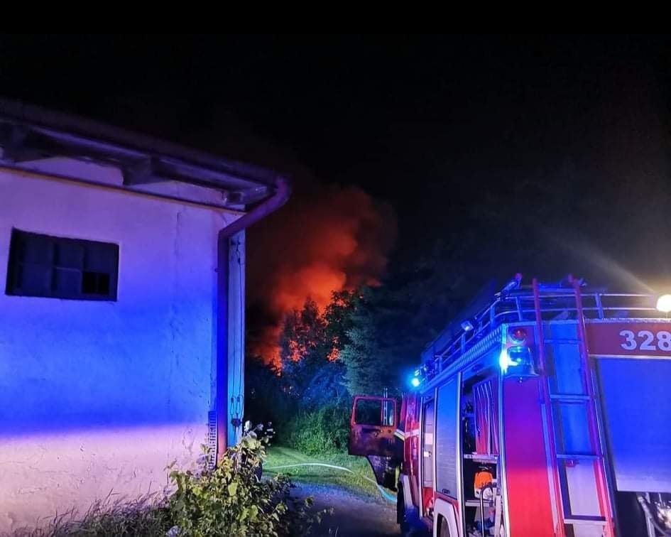 Tyczyn. Nocny pożar domu. RANNY strażak i mieszkaniec! [ZDJĘCIA] - Zdjęcie główne