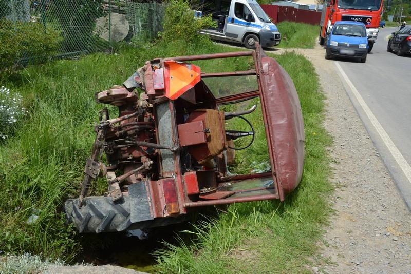 Uderzenie ciężarówki zepchnęło traktor do rowu. Jedna osoba ranna [ZDJĘCIA] - Zdjęcie główne