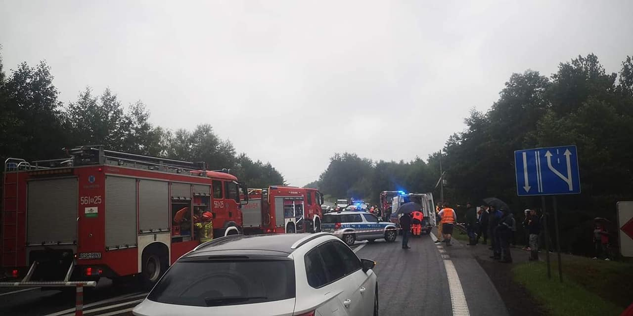 """Zderzenie dwóch samochodów na krajowej """"19"""". Są ranni! [ZDJĘCIA] - Zdjęcie główne"""
