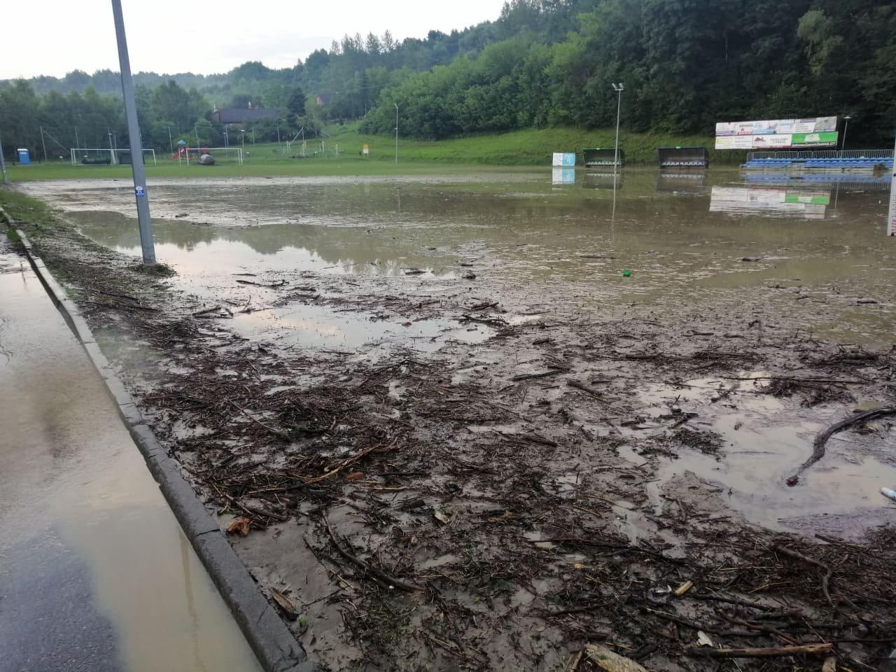 Chmielnik. Powódź błyskawiczna zniszczyła stadion. Klub zbiera na odbudowę [ZDJĘCIA] - Zdjęcie główne
