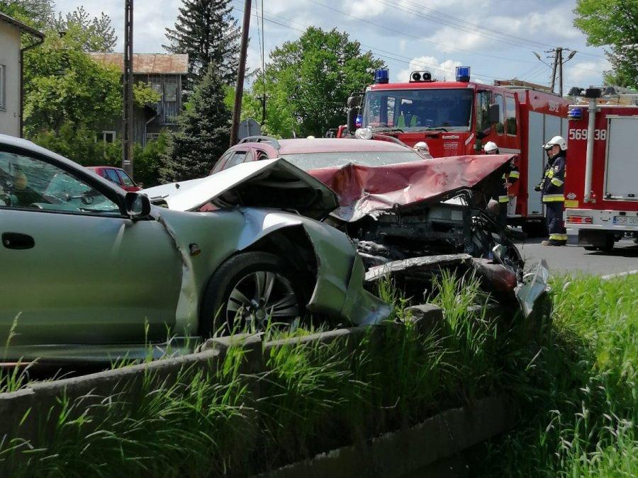 Policja o wypadku w Twierdzy. Zderzyły się ze sobą trzy pojazdy [ZDJĘCIA] - Zdjęcie główne