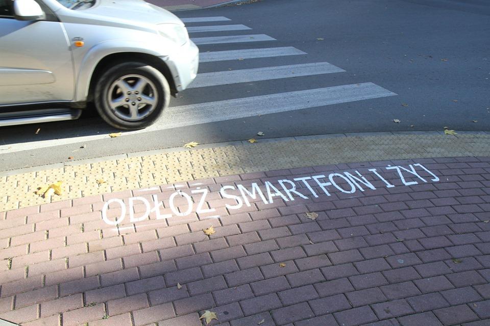 """""""Odłóż smartfon i żyj"""" napisy przed przejściami dla pieszych - Zdjęcie główne"""