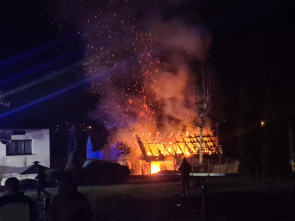 Drewniany budynek mieszkalny doszczętnie spłonął [ZDJĘCIA] - Zdjęcie główne