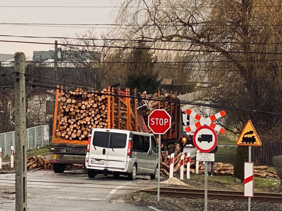 Niebezpieczna sytuacja! Z ciężarówki wysypał się drewniany ładunek! [MAPA] - Zdjęcie główne