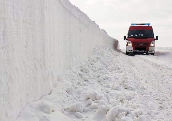 Zima nie odpuszcza! Śniegowe tunele, malownicze lodospady [VIDEO, ZDJĘCIA] - Zdjęcie główne