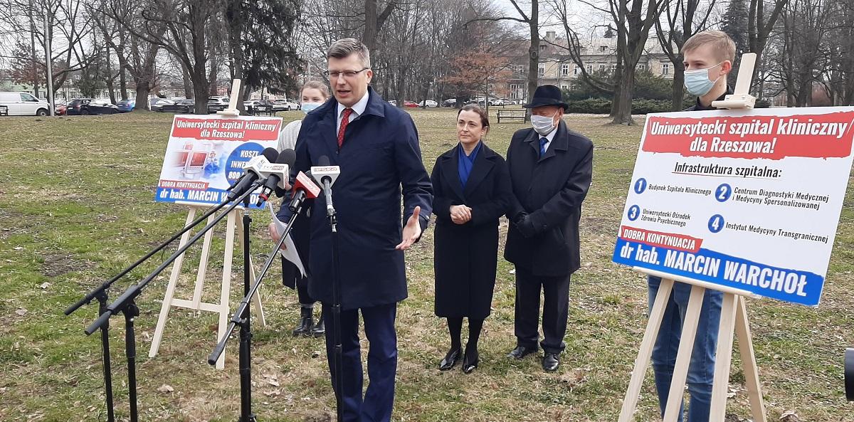 Poselsko-wyborcza konferencja Marcina Warchoła. Komitetu nie ma, plakaty są  - Zdjęcie główne