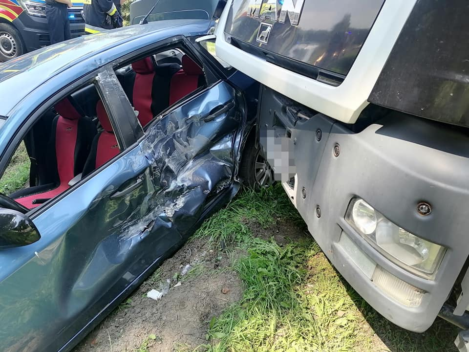 Zderzenie ciężarówki z osobówką. Jedna osoba ranna! [ZDJĘCIA] - Zdjęcie główne