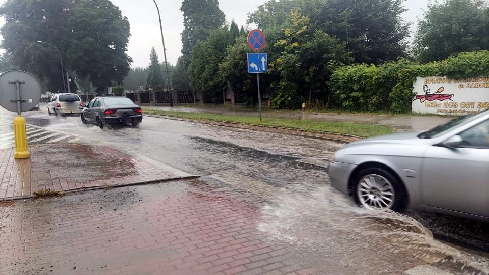 Burze na Podkarpaciu. Zalane ulice Sanoka, drzewa spadły na auta w Przemyślu [ZDJĘCIA, WIDEO] - Zdjęcie główne