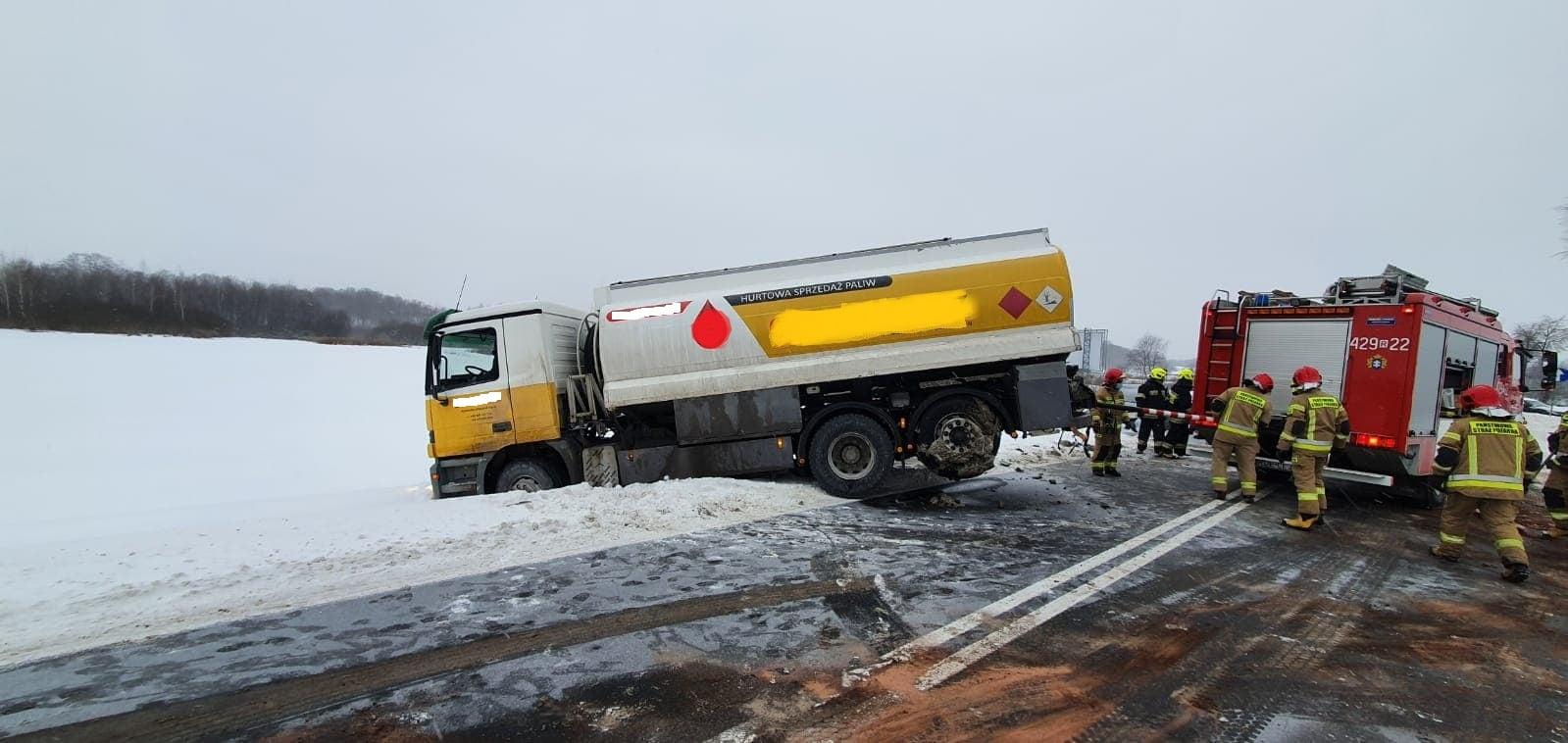 Dwie ciężarówki i osobówka zderzyły się ze sobą [ZDJĘCIA] - Zdjęcie główne