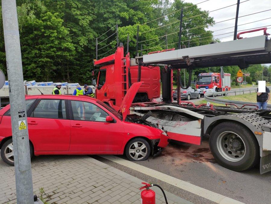 Zderzenie osobówki z ciężarówką. Jedna osoba w szpitalu [ZDJĘCIA] - Zdjęcie główne