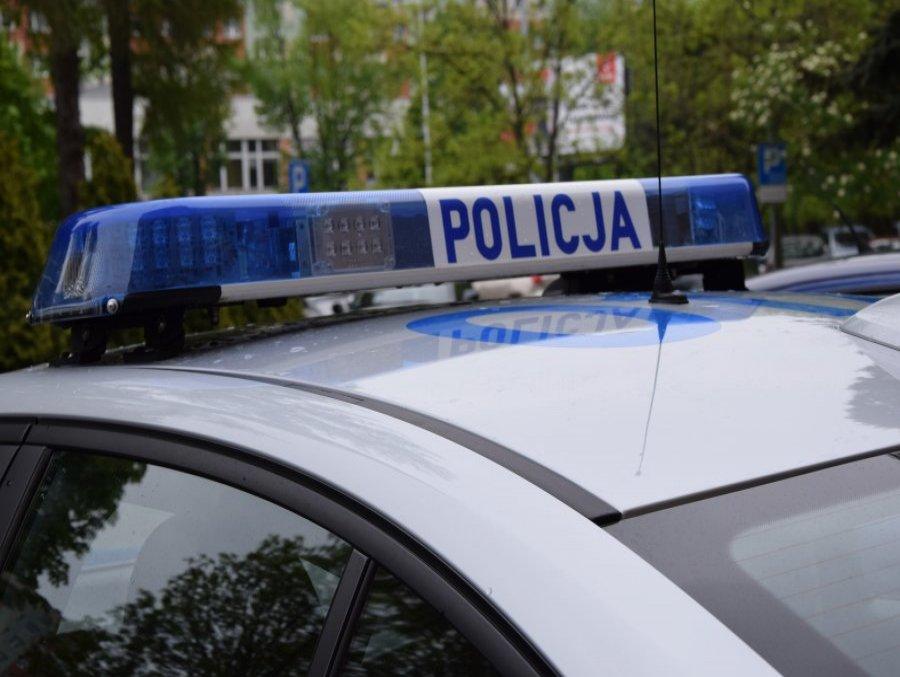 Policjanci musieli wybić szybę samochodu, bo mężczyzna nie dawał znaków życia - Zdjęcie główne