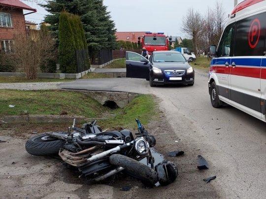 Motocykl uderzył w betonowy przepust. Kierowca i pasażerka trafili do szpitala! [MAPA] - Zdjęcie główne