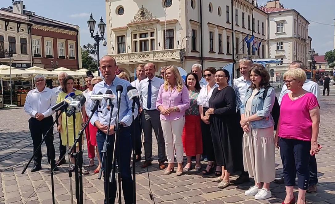 """Borys Budka w Rzeszowie przedstawił nowy projekt Koalicji Obywatelskiej """"Kierunek: Przyszłość!"""" - Zdjęcie główne"""