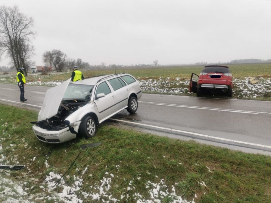 Zderzenie dwóch pojazdów w Makowisku. Cztery osoby w szpitalu! [ZDJĘCIA] - Zdjęcie główne