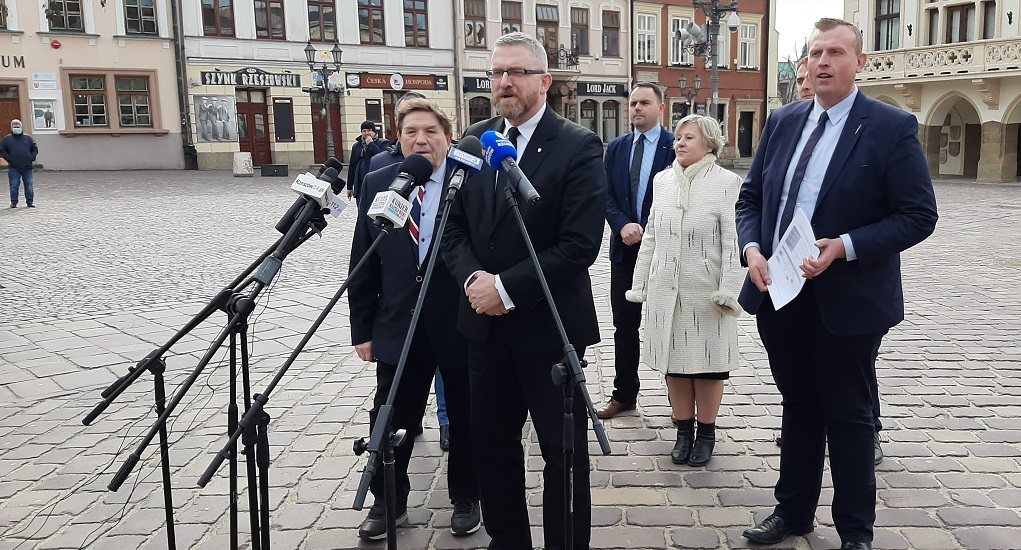 """Grzegorz Braun na Rynku w Rzeszowie: """"Miasto potrzebuje nowego impulsu"""" - Zdjęcie główne"""