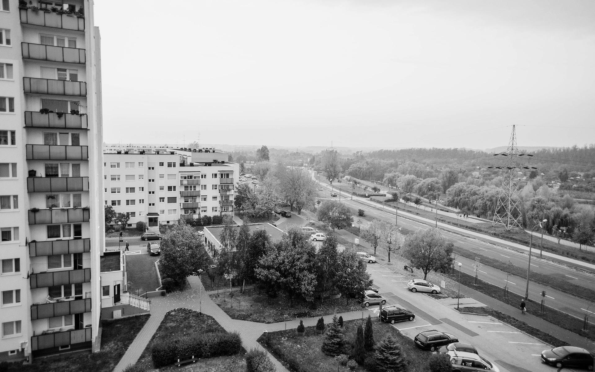 MAKABRYCZNA ŚMIERĆ. Żołnierz wypadł z okna wieżowca! - Zdjęcie główne
