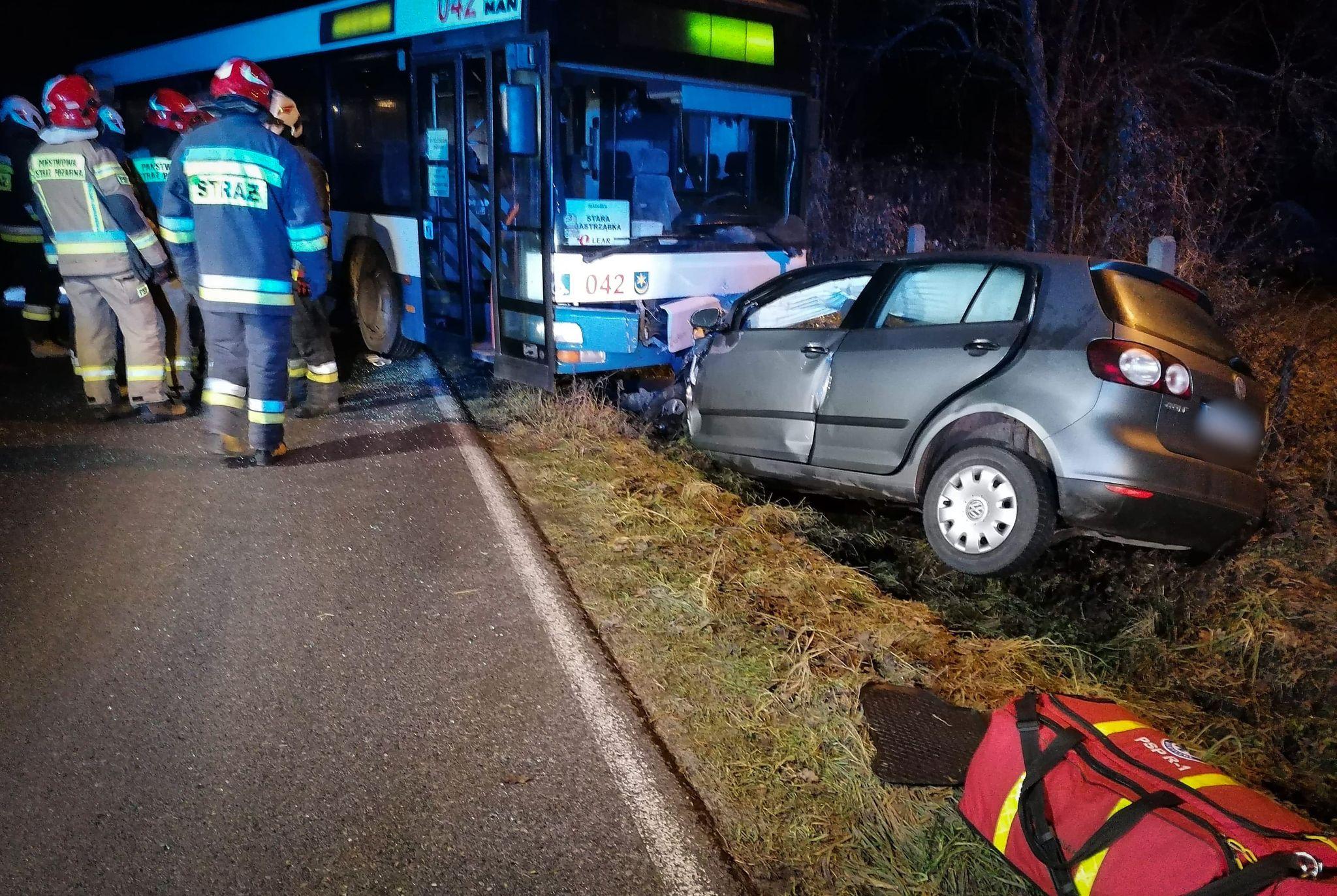 Autobus zderzył się z osobówką! Są ranni [FOTO] - Zdjęcie główne