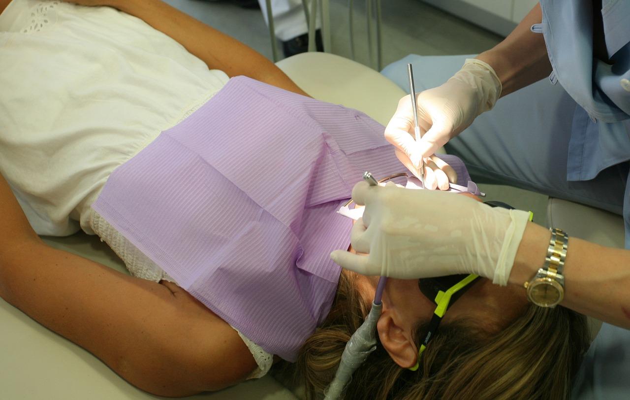 Skandal! Dentysta wykorzystał seksualnie swoją pacjentkę! - Zdjęcie główne
