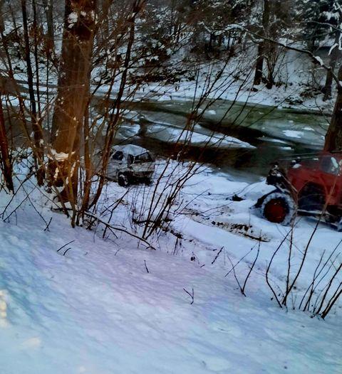 Samochód runął z 7-metrowej skarpy! [FOTO] - Zdjęcie główne