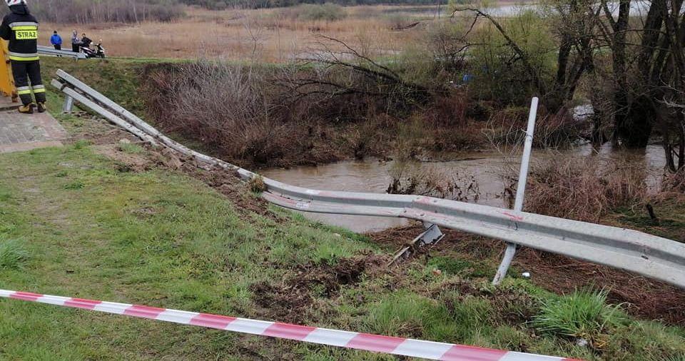 Auto staranowało barierki i wpadło do rzeki! [ZDJĘCIA] - Zdjęcie główne
