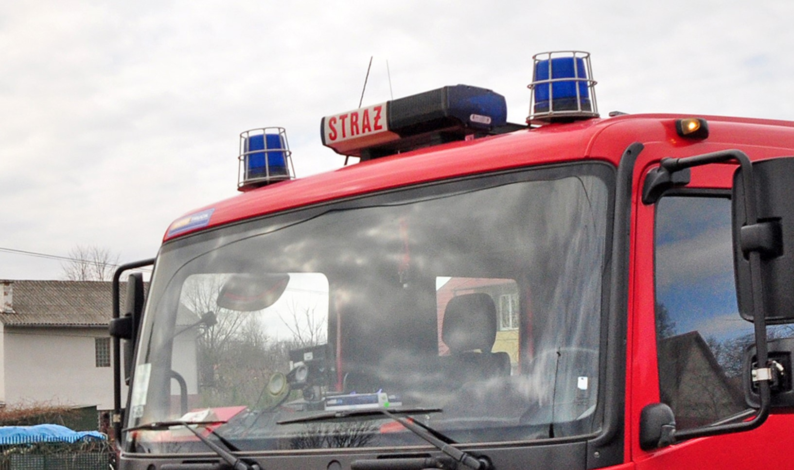 Pożar domu w Komborni. Dwa zastępy strażaków w akcji - Zdjęcie główne