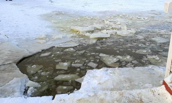 Pod skuterem śnieżnym załamał się lód! - Zdjęcie główne