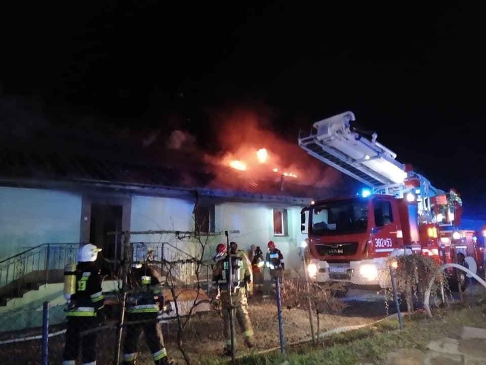 Fabryka gum stanęła w ogniu. Z pożarem walczyło 10 zastępów straży [FOTO] - Zdjęcie główne
