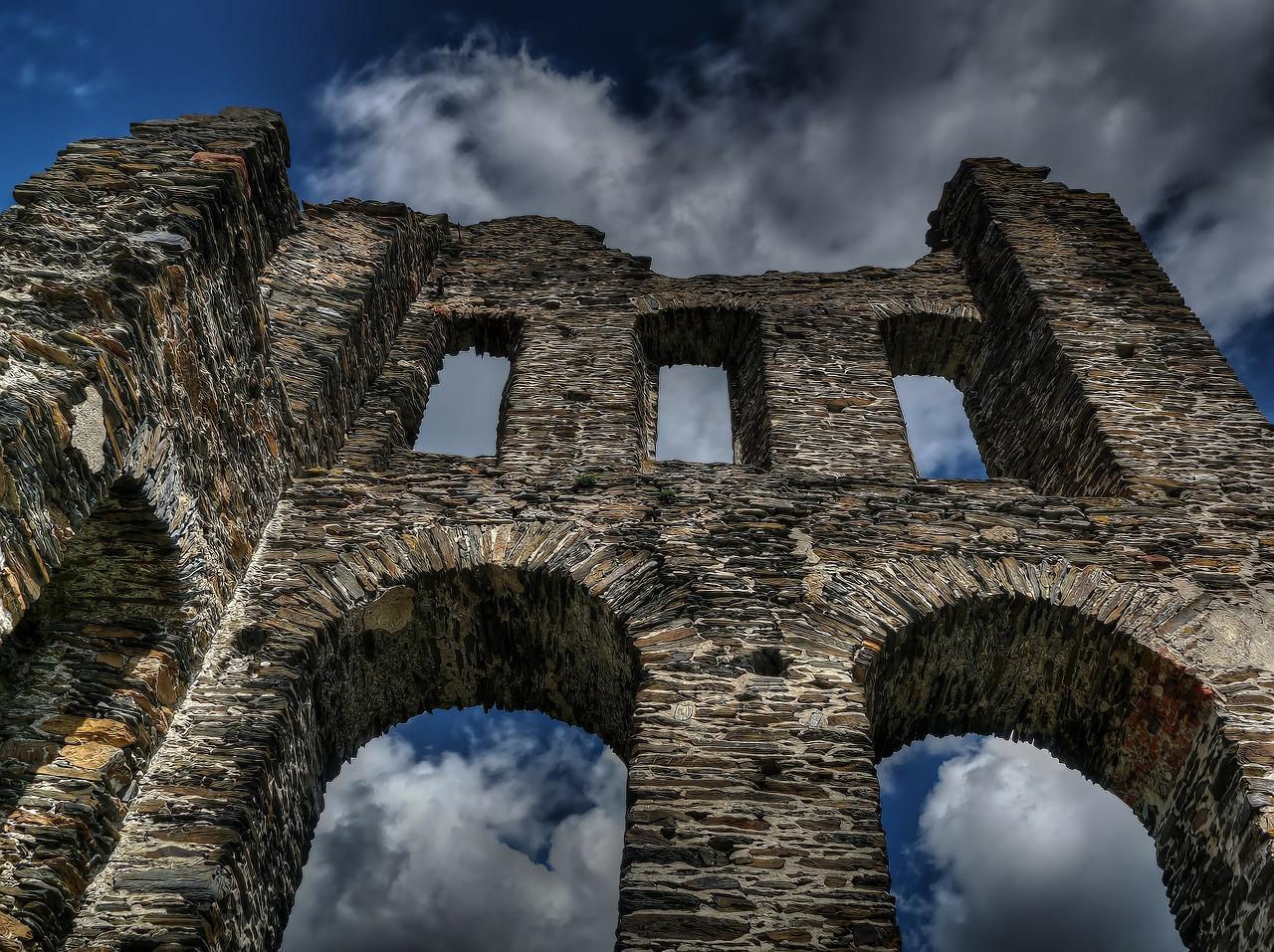 Chciał popełnić samobójstwo skacząc z ruin zamku - Zdjęcie główne