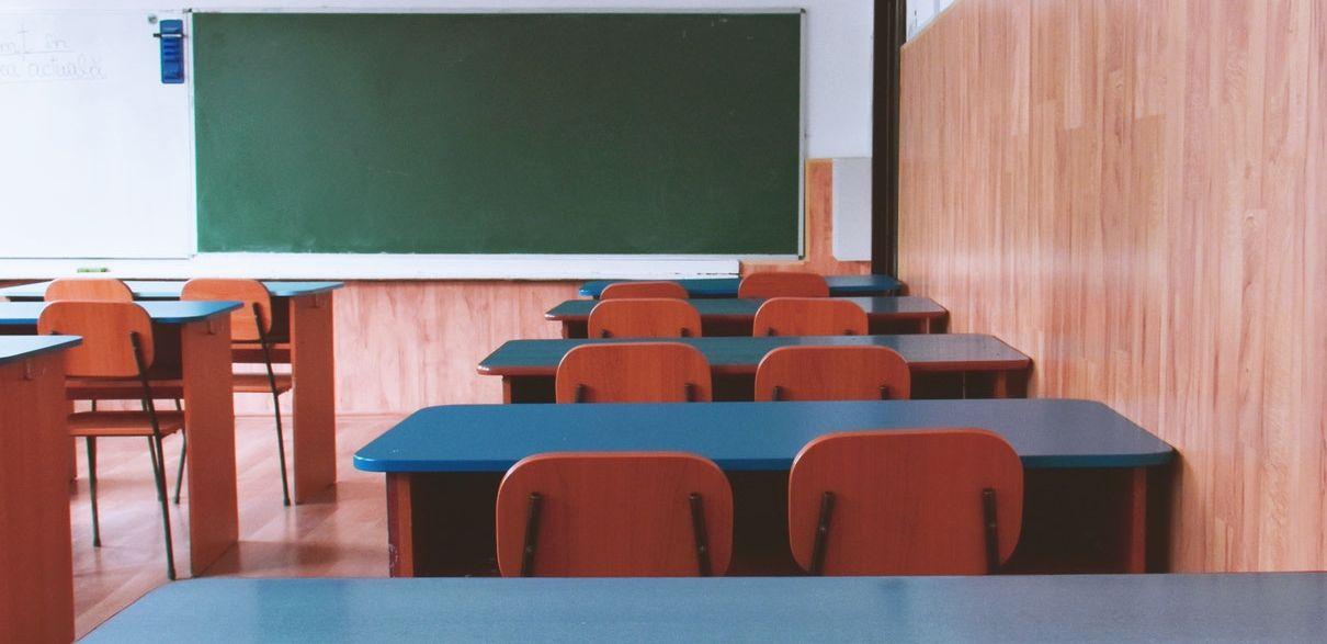 Nauczyciele nie chcą się szczepić. Przybywa szkół z koronawirusowymi kłopotami [ZOBACZ LISTĘ] - Zdjęcie główne