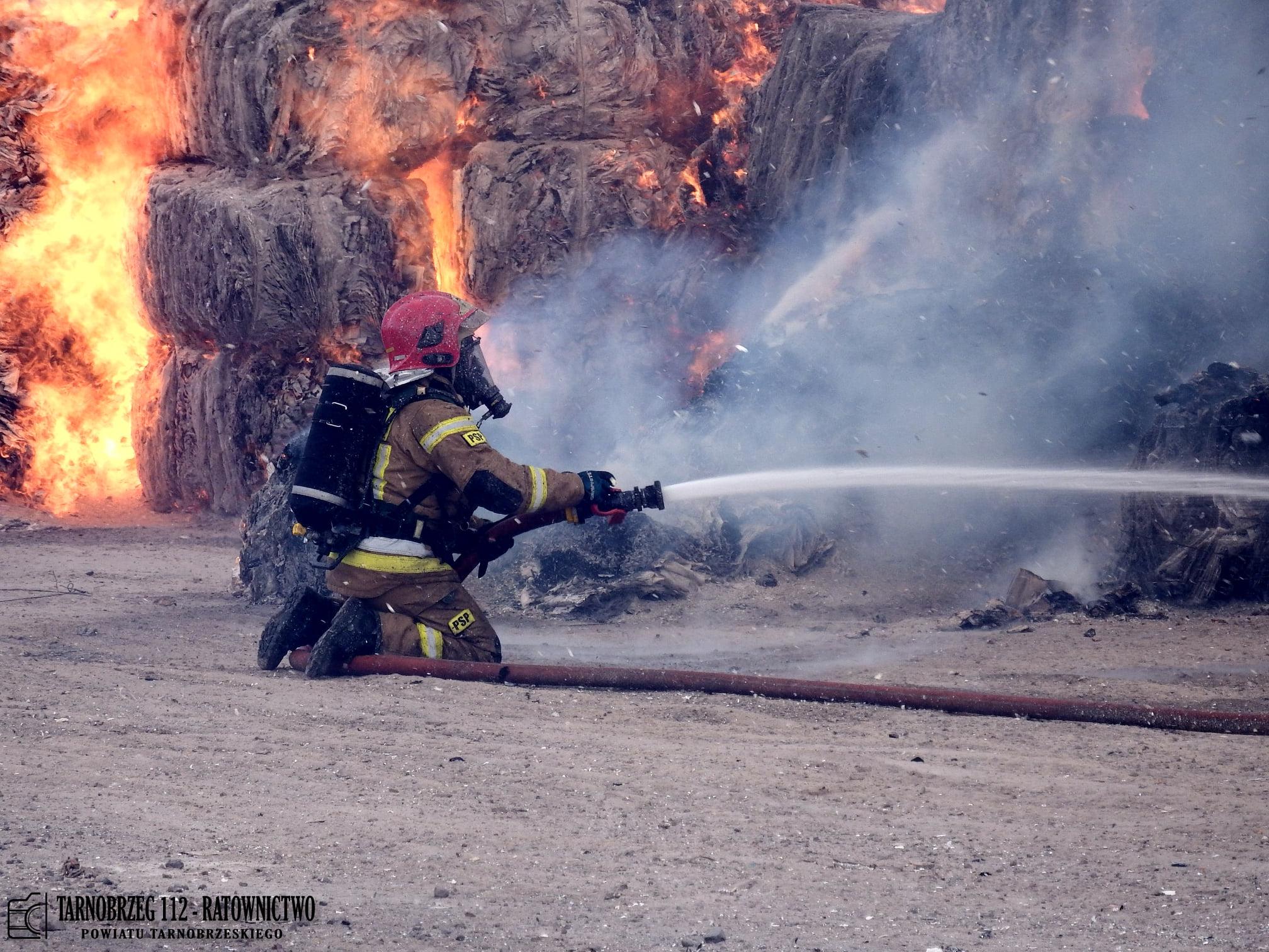 OGROMNY pożar! Skład makulatury w ogniu! [WIDEO, ZDJĘCIA] - Zdjęcie główne