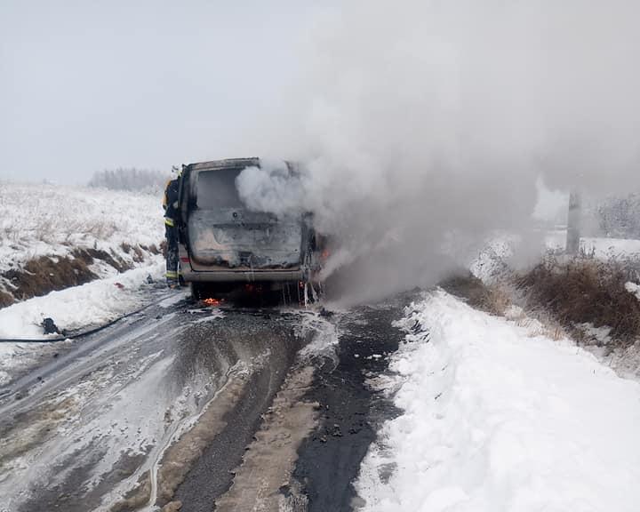 Bus stanął w płomieniach. Na miejsce udali się strażacy - Zdjęcie główne
