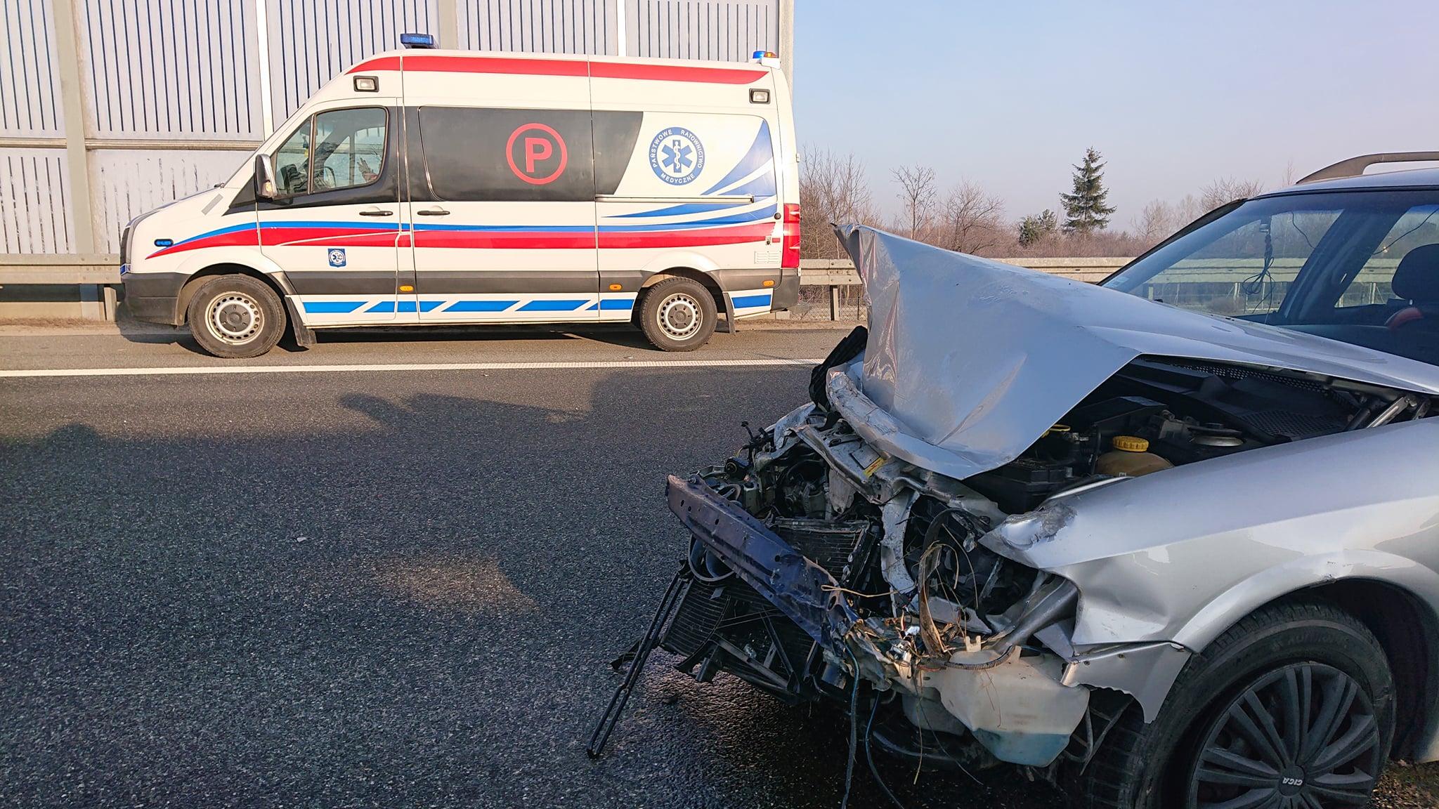 Wypadek na drodze krajowej. Dwie osoby ranne [ZDJĘCIA] - Zdjęcie główne