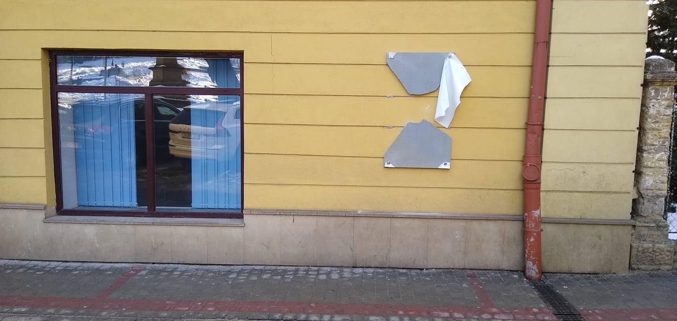 Zatrzymano sprawcę zniszczenia tablicy pamiątkowej  - Zdjęcie główne