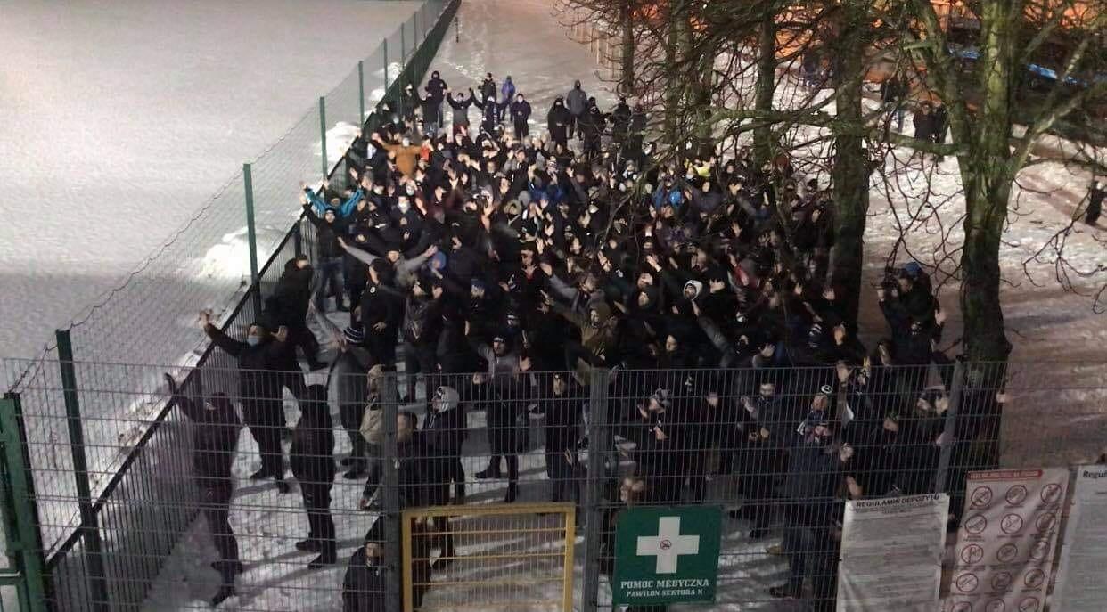 """Kibice Stali Mielec dopingowali, a policja """"straszyła koronawirusowymi obostrzeniami"""" [VIDEO] - Zdjęcie główne"""