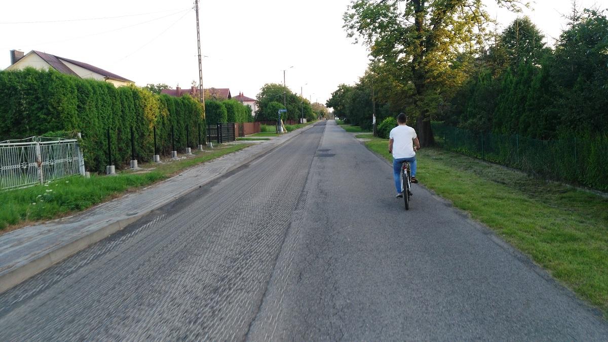 Gmina Dzikowiec. Inwestycje drogowe w toku - Nowy Dzikowiec zyskał nowy chodnik i nawierzchnię asfaltową - Zdjęcie główne